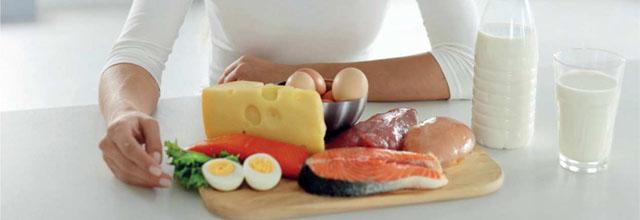 donna a tavola e alimenti di origine animale